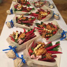 I love the butterfly pretzels! edible bouquets, chilies, bread, pretzels and deli meat Food Bouquet, Candy Bouquet, Edible Crafts, Food Crafts, Vegetable Bouquet, Edible Bouquets, Fruit Flowers, Chocolate Bouquet, Edible Arrangements