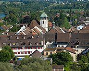 Bad Zurzach Der Thermalbadekurort Bad Zurzach liegt am Ufer des Rheins, der die Grenze zwischen der Schweiz und Deutschland bildet. Bereits die Römer haben hier die heissen Quellen genutzt. Neben der Badelandschaft, bietet der Ort im Kanton Aargau mehrere Themenwege, eine Wassersinfonie oder das Verenamünster