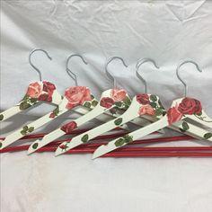 Perchas de madera decoradas en decoupage. Tema flores de rosa