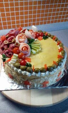 Idea para ensaladilla rusa Party Sandwiches, Sandwich Cake, Entree Festive, Meat Cake, Appetizer Buffet, Salad Cake, Creative Snacks, Valentines Day Food, Party Food And Drinks