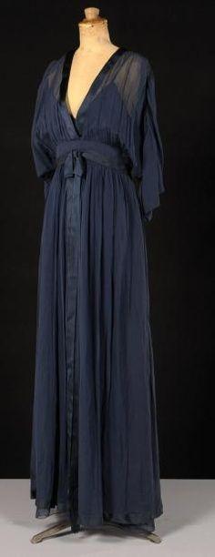 BILL BLASS, CIRCA 1980  Evening dress chiffon navy blue, neck edge highlighted a bias satin long sleeve bat, insert the size out of a satin ribbon, flowing long skirt.