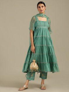Indian Fashion Dresses, Pakistani Fashion Casual, Frock Fashion, Dress Indian Style, Indian Designer Outfits, Indian Outfits, Pakistani Party Wear Dresses, Simple Pakistani Dresses, Designer Party Wear Dresses