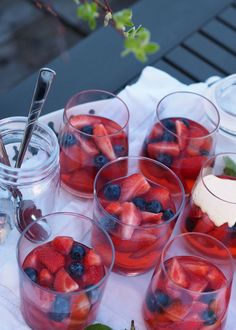 Sukkerfri bærgelé med hjemmelaget vaniljesaus - Sukkerfri Hverdag Crunchy Granola, Kiwi, Punch Bowls, Diabetes, Raspberry, Spicy, Healthy Recipes, Healthy Food, Food And Drink