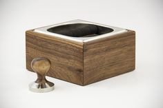 Collaboration between BeCoffee and E-Pur Design, the Wooden Base Coffee Knock Box for coffee is available in two types of wood, in walnut and oak. It can be bought alone or in a combo with coffee tamper in the same wood type. The stainless steel container is removable, making it easier to clean. It rests on a sturdy rubber gasket that protects against shock and protects the wood from direct contact with the metal. The rubber bar is also removable, allowing its replacement after use. Coffee Knock Box, Coffee Tamper, Stainless Steel Containers, Coffee Lover Gifts, Best Coffee, Knock Knock, Coffee Shop, Collaboration, Base