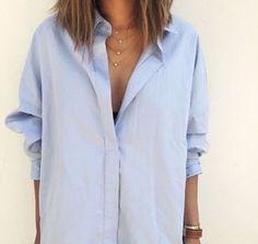 Comment être stylée : chemise femme bleu ciel et collier superposé