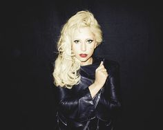 Lady Gaga looks great in natural and simple makeup!