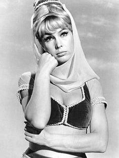 BARBARA EDEN (n. agosto de 1934, Tucson, Arizona,) actriz y cantante estadounidense. Incursionó en cine, teatro y televisión. Llegó a la fama en la década de 1960, cuando interpretó a la genio Jeannie en la serie Mi bella genio (1965-1970). Por esta comedia fue nominada a los premios Emmy y Globo de Oro. Posteriormente a la famosa serie televisiva, sus apariciones en televisión incluyeron ser protagonista en películas y también el ser comentarista de desfiles. [Wikipedia]