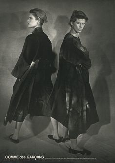 Comme des garçons © Peter Lindbergh, photographer Comme des garçons is a Tokyo-based Japanese fashion label headed by Rei Kawa. Foto Fashion, Elle Fashion, 80s Fashion, Vintage Fashion, Vintage Style, Retro Vintage, Peter Lindbergh, Rei Kawakubo, Japanese Fashion Designers