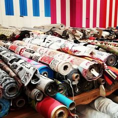 Un bel étalage du magasin Quartier des Tissus de Montpellier #tissutendance #tissuaumètre #couture #coutureaddict