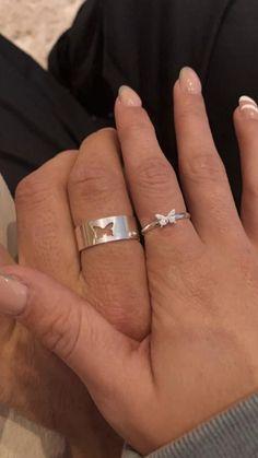 Hand Jewelry, Cute Jewelry, Jewelry Accessories, Jewlery, Cute Promise Rings, Cute Rings, Cute Relationship Goals, Cute Relationships, Ring Armband