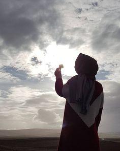 Image may contain: one or more people, people standing, cloud, sky, outdoor and nature Niqab Fashion, Modern Hijab Fashion, Hijabi Girl, Girl Hijab, Muslim Girls, Muslim Women, Simple Hijab, Hijab Cartoon, Islamic Girl