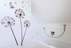 Einbauwanne mit vielfältigen Ablagemöglichkeiten • frei begehbare Dusche mit Thermostatarmatur • Hand- und Regenbrause • wandhängender Möbelwaschtisch (glänzende Lackfronten) • Einbauschrank mit orangen Elementen • wandhängendes WC (Druckspülplatte auf dem Fenstersims) • Fußbodenheizung • Badheizkörper mit Handtuchtrockner • Wandtattoo Pusteblume • HSH-Installatör • Holz die Sonne ins Haus • ROT-HEISS-ROT Bathtub, Inspiration, Bathroom, Window Ledge, Taps, Built Ins, Tub, Timber Wood, Standing Bath