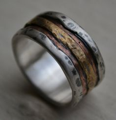 now THAT is a wedding ring i would joyfully wear....if given by the right guy, of course! ha!