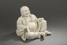 Le sage taoïste Putaï assis en délassement, un rosaire autour du coup reposant sur son ventre opulent. Porcelaine blanc de chine. Chine. Province du Fujuan. Dehua. Début 20 ème siècle. Ht 25cm.