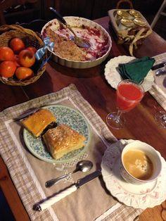 Voici un bon petit déjeuner bien complet: viennoiseries, pain frai, jus de fruit, café, yaourt, confiture maison...