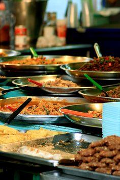 Street Food in a Bangkok Market, Thailand Street Food Market, Thai Street Food, Thai Dishes, Pork Dishes, Thai Recipes, Asian Recipes, Bangkok Market, Thai Thai, Food Stall