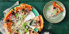Dit pizzadeeg maak je in een handomdraai: je hebt slechts twee ingrediënten nodig. Kijk, daar houden we van.
