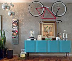 H� espa�o de sobra para revistas no projeto da designer de interiores Renata Parasmo. Do site Urban Outfitters, o revisteiro com estilo retr� � preso � parede. No ch�o, uma caixa de ferro acomoda mais exemplares