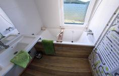 Baño principal de BrokenHome©CasaRota Broken Home, Divider, Old Things, Bathtub, Traditional, Contemporary, Master Bathroom, Architectural Firm, Trendy Tree