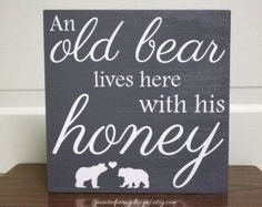 Wood sign saying: An old bear lives here with his honey | Vinyl home decor, cabin decor, Father's Day gift #DIYHomeDecorPallets