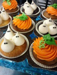 halloween cupcakes decorados como fantasmas y calabazas, precioso…