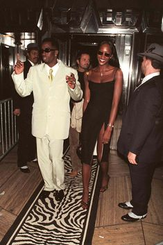 Naomi Campbell in a black dress and sandals at a party for Janet Jackson in 1997 alongside Diddy.#90soutfits #90sfashion #naomicampbell #naomicampbell90s #blackdress 90s Fashion, Fashion Photo, Naomi Campbell 90s, Puff Daddy, Janet Jackson, Old Models, Business Women, Style Icons, Supermodels