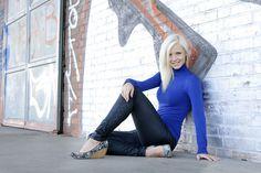 Portrait junge hübsche Frau mit Grafitti im Hintergrund