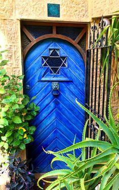 -Jerusalén- Por esa puerta huyó, diciendo: «¡Nunca!» Por esa puerta ha de volver un día… Al cerrar esa puerta, dejó trunca la hebra de oro de la esperanza mía. Por…