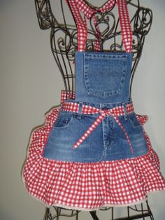 Interesting ideas for decor: We sew an apron from old jeans. We sew an apron of old jeans. Jean Apron, Sewing Aprons, Denim Aprons, Cute Aprons, Denim Ideas, Denim Crafts, Half Apron, Aprons Vintage, Retro Apron