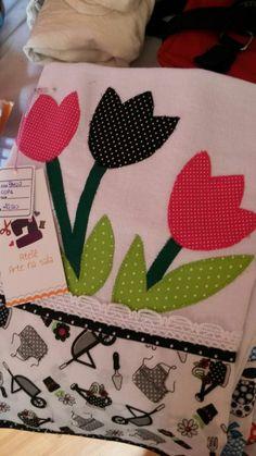 Panos de copa com barrado (frente e verso), renda e aplicação com a técnica Patch apliquê  Sacaria de ótima qualidade Hexagon Quilt, Square Quilt, Sewing Crafts, Sewing Projects, Fabric Postcards, Different Stitches, Cute Baby Girl Outfits, Felt Patterns, Dish Towels