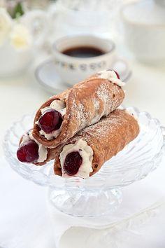 Канноли – сицилийский десерт, трубочки из слоистого, хрустящего теста, зажаренные в масле, а затем заполненные кремом из рикотты, с крошками шоколада, цука