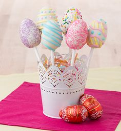 Lindor Egg Pops are fun for the whole family! All you need is Lindt white chocolate, Lindor Eggs, colourful sprinkles and icing!
