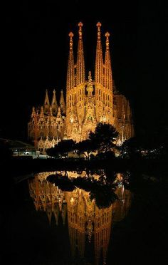 Sagrada Familia, Barcelona, Spain designed by architect Antonio Gaudi Places Around The World, Oh The Places You'll Go, Places To Travel, Beautiful Architecture, Beautiful Buildings, Lonly Planet, Wonderful Places, Beautiful Places, Amazing Places