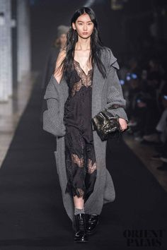 Zadig & Voltaire Fall 2019 Fashion Show . Designer ready-to-wear looks from Fall 2019 runway shows from New York Fashion Week Fashion Over 50, Fashion Week, Fashion Pants, New York Fashion, Runway Fashion, High Fashion, Fashion Show, Fashion Trends, Fashion Sandals