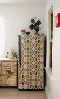 DIY wallpapered fridge | Aunt Peaches: http://bit.ly/1nlpfoV #diyproject #modernkitchen #kitchendecor  #wallpaperideas