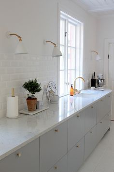 Marvelous Kitchen Remodeling Choosing a New Kitchen Sink Ideas Kitchen Sinks Remodeling Galley kitchen Scandinavian - Awesome Scandinavian Kitchen Remodel Kitchen Ikea, Kitchen Interior, New Kitchen, Kitchen Cabinets, Kitchen White, Grey Cabinets, Kitchen Backsplash, Wall Cabinets, Kitchen Hacks