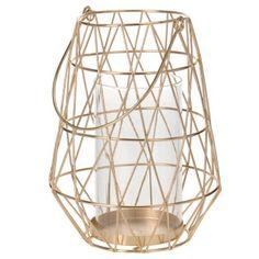 Gouden metalen lantaarn met geometrische lijnen. De lantaarn is voorzien van een handvat en heeft binnenin een glazen inzet. De inzet heeft een doorsnede van 8,5 cm en is ook geschikt voor bijvoorbeeld rustieke stompkaarsen.