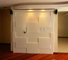 antes  Neste ambiente de estar uma porta de lavabo se abria diretamente para a sala, gerando desconforto. Um painel de MDF em laca branca ...