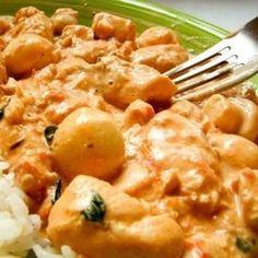 Receita de Strogonoff de frango com requeijão - 2 peitos de frango cortados em cubos médios, 1 cebola grande picada, 3 dentes de alho amassados, 2 tomates m...