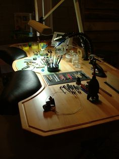 Ex-Anthrax Guitarist Turned Master Watchmaker Designs an Ergonomic Workbench - Dental Office Design, Office Interior Design, Shop Organisation, Jewelers Workbench, Tool Workbench, Artist Workspace, Hobby Room, Studio Setup, Types Of Furniture