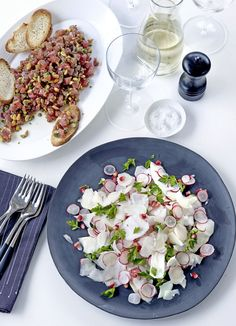 Radish salad: A colourful fresh side salad from Umbria, consisting of crunchy radishes, juicy pomegranate seeds and celeriac in a quick but special white balsamic and truffle oil dressing