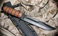 A legendás minőség tette ismertté a II. világháborúban ezt a rendkívül masszív harci kést.Azóta nem sokat változott, a tokot néhányszor kicserélték és a markolatvég kör alakú és sima lett. A KA-BAR lényege azonban napjainkban is megmaradt. Erős, kiváló vágó képességű, megbízható. Képességeinek köszönhetően most is hadrendben van és a civilek körében is igen népszerű. Military Knives, Military Weapons, Knife Shapes, Engraved Pocket Knives, Military Special Forces, Outdoor Knife, Buck Knives, Best Pocket Knife, Tactical Knives