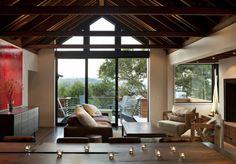 wohnzimmereinrichtung ideen holzmöbel panoramafenster kerzen holzbalken