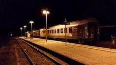 In der Nacht von Freitag auf Samstag (29. August) stand der Wagen in Ebermannstadt. Pünktlich um 4:05 Uhr setzte sich unser Gespann in Bewegung. Nächster Halt Forchheim – dort musst die Lok auf die andere Seite des Wagens umgehängt werden.