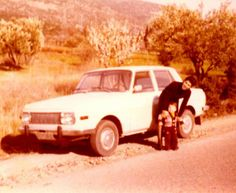 Der ganze Stolz. Der nagelneue Wartburg 353W im Jahre 1976 in Griechenland. Die Nummernschilder sind provisorisch handgemalt…  Text und Bild: Giannis Vasiliadis