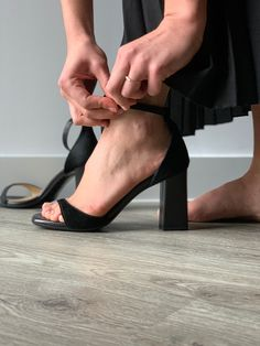 The perfect black sandal for all seasons. Featuring a block heel and thick to thin toe strap.