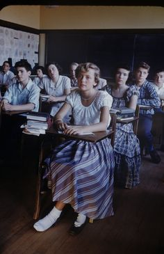 Vintage daily: Color photos of students of New Trier High School 1950 - Vintage and Retro Cars Vintage Pictures, Old Pictures, Old Photos, 1950s Aesthetic, Aesthetic Fashion, Janis Joplin, Fotografia Retro, 1950s Fashion, Vintage Fashion