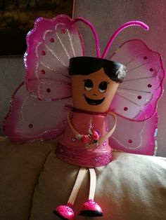 Mariposa rosa Clay Pot Projects, Clay Pot Crafts, Diy Clay, Diy And Crafts, Flower Pot Art, Clay Flower Pots, Flower Pot Crafts, Flower Pot People, Clay Pot People