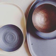 Really feeling this beautiful handmade ceramics metallic look for fall @henrystreetstudio #metallic #interiorstyling #curated
