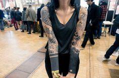 Warda célèbre la culture nippone à travers son corps en s'offrant un bras gauche entièrement recouvert des motifs traditionnels du tatouage japonais, tels que les dragons, les fleurs et les vagues. Il est actuellement en cours de réalisation. Kimono Top, Gauche, Motifs, Inspiration, Dragons, Culture, Women, Quotes, Fashion
